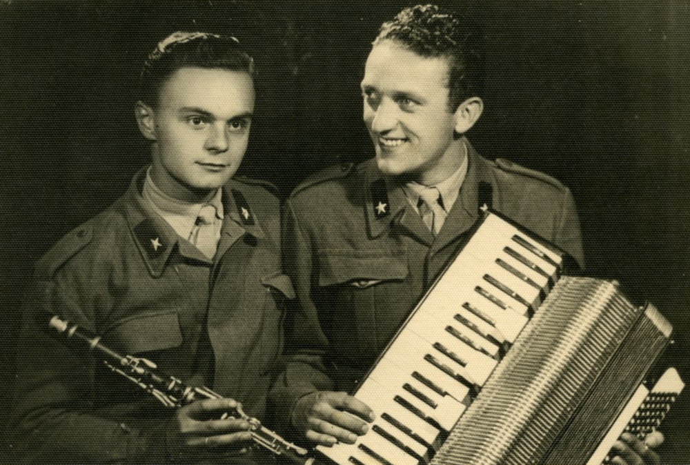 Aldo Sebastianelli e un suo commilitone bergamasco, con cui andava a suonare qualche sera nei dintorni della caserma.