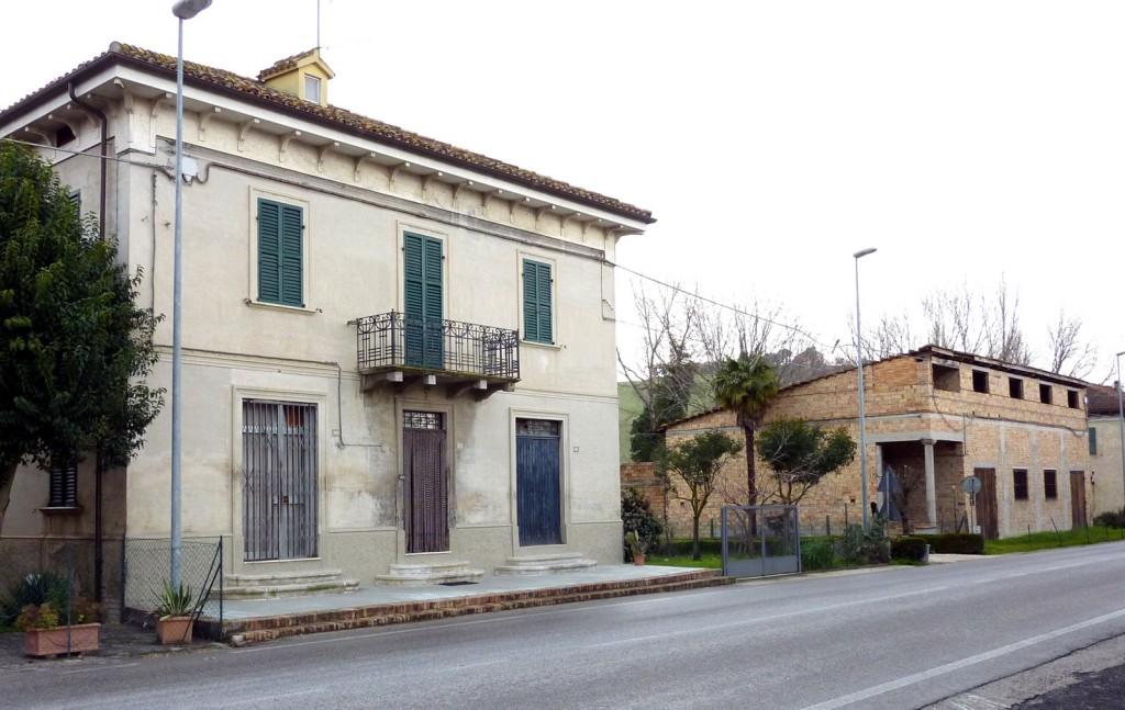 """San Filippo sul Cesano oggi - strada pergolese - il palazzo Polverari (che fu sede del CRAL) e a seguire la """"Sala del Vento"""" (dall'aspetto un po' fatiscente fuori, perché non è mai stata intonacata, ma dentro era una bella e grande sala da ballo... per l'epoca)"""