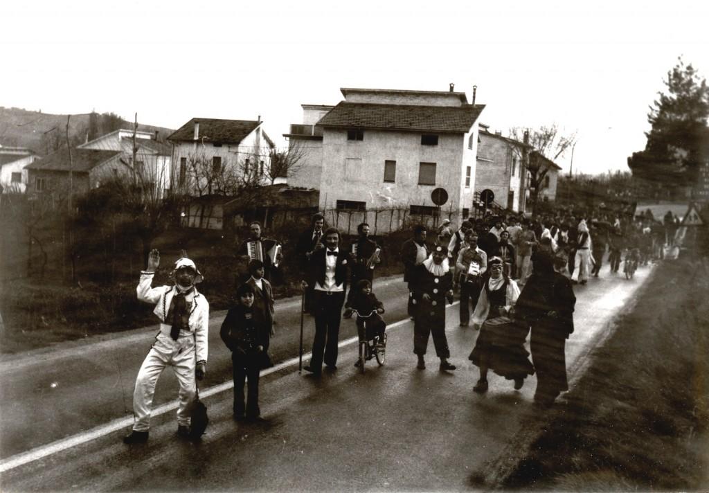 1974 - Il primo Carnevale di San Michele con sfilata per le vie del paese (Corso Mascherato).In questa foto l'allegra carovana è in via Cesanense, sullo sfondo le prime case del paese che si incontrano proveniendo da San Filippo.