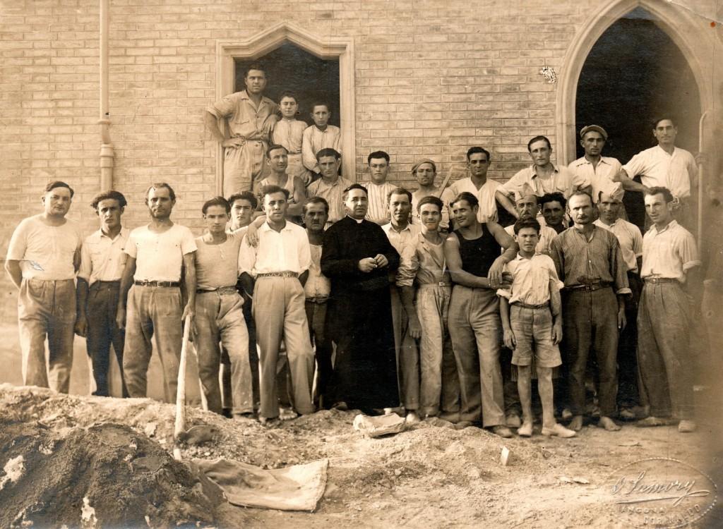 Don Attilio Betti, parroco di S. Michele, con un gruppo operai