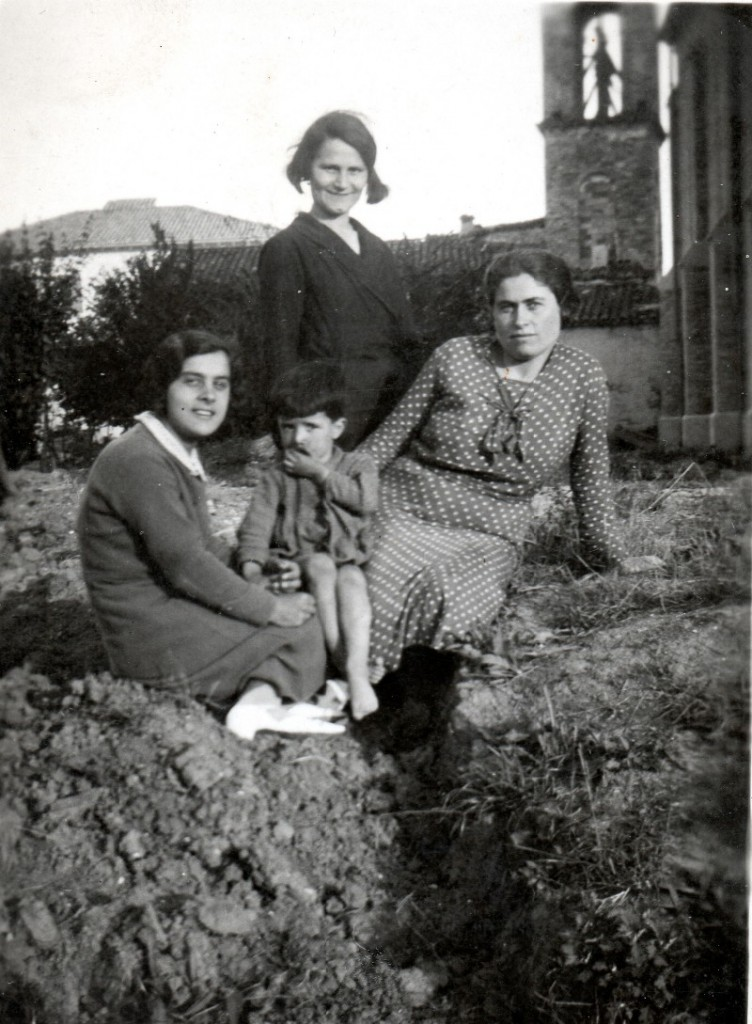 1934 - Sullo sfondo il campanile della vecchia chiesetta, di fianco alla nuova