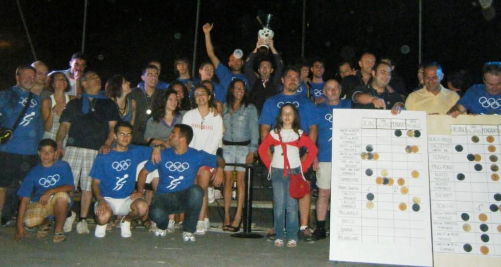 2009 - la squadra di San Michele alza la coppa della prima edizione delle Olimpiadi dei 4 Mulini