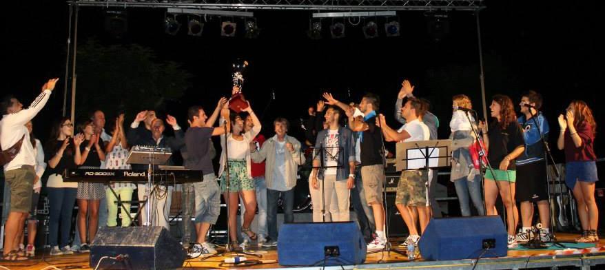 13/07/2013 - la squadra di San Michele festeggia la vittoria della terza edizione delle Olimpiadi