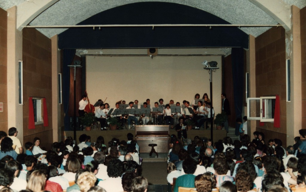 """1987 - Saggio finale della Scuola di Musica """"A. Peroni"""" al Cinema Cesano - il palco"""