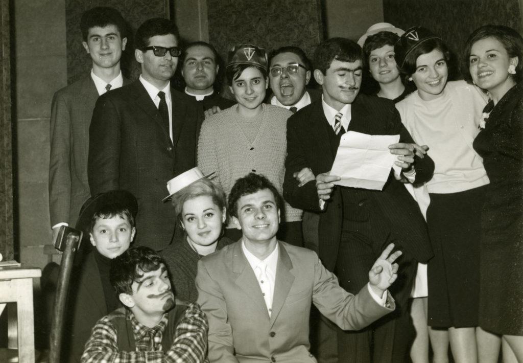 1966 - don Piergiorgio al Cinema Cesano, insieme al cast di uno spettacolo teatrale da lui organizzato