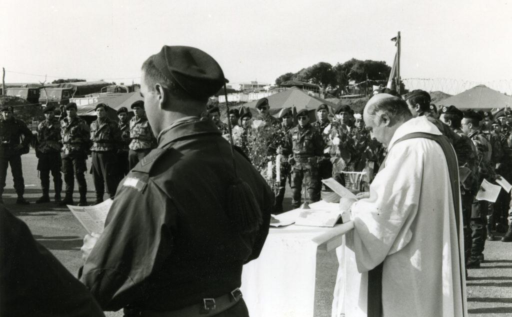 1982 - don Piergiorgio in Libano, durante la celebrazione di una messa per il contingente italiano di pace