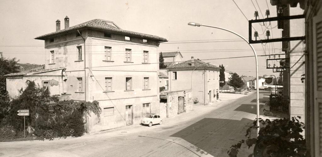 seconda metà degli anni '60 - vista di San Michele dal terrazzo di casa Dominici (sopra il bar) l'ultimo edificio a ridosso del piazzale della chiesa era all'epoca sede dell'ufficio postale e, al piano di sopra, dell'ambulatorio medico e di una sala ad uso della parrocchia