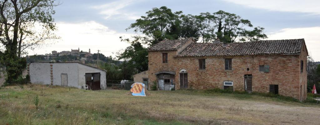 L'edificio che sorge dov'era il Castellaro e sullo sfondo Mondavio