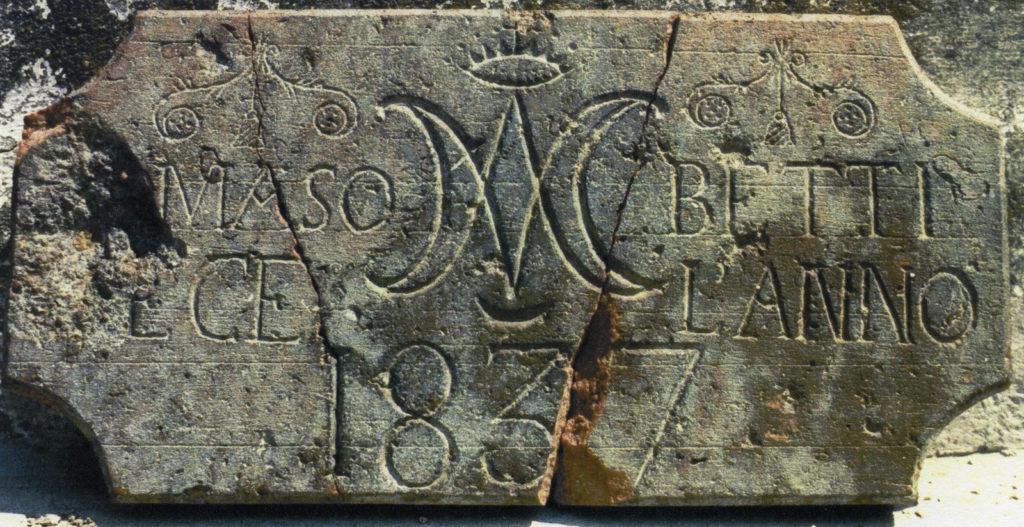 Targa del 1837 che commemora la costruzione della casa di Tomaso Betti